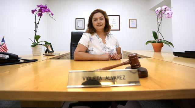Violeta Álvarez en su despacho en la ciudad de Bell.