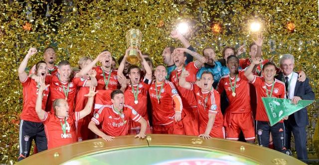 Jugadores y cuerpo técnico del Bayern Munich levantaron  el trofeo de la Copa Alemana  en el  Estadio Olimpico de Berlín.