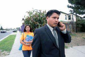 Isaac Galván da hamburguesas a cambio de 'votar' en Compton