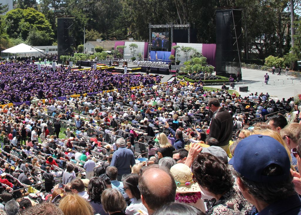 Ceremonia de graduación 2013 en el estadio Cox, de SFSU.
