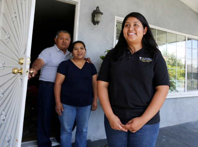 Teodulfo y Hortencia Lázaro con su hija menor, Jessica, que se gradúa la semana próxima de la secundaria. Sus estudios en USC están  cubiertos gracias a una iniciativa de la misma universidad.