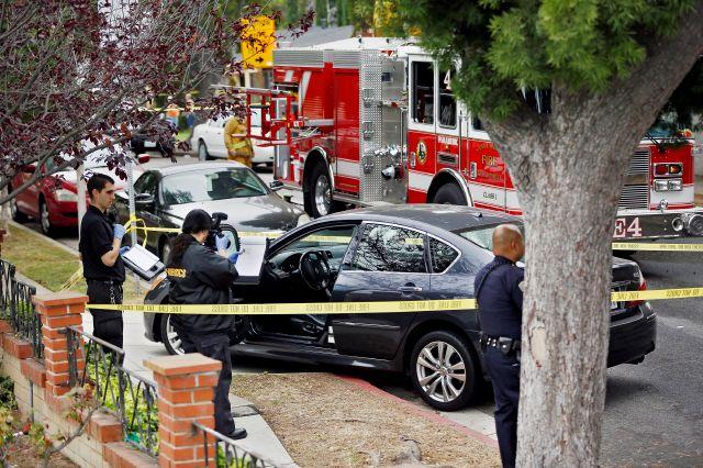 El sargento  de la Policía de Santa Monica, Rudy Flores, expresó que varios testigos llamaron y reportaron que la balacera la inició un sujeto que abrió fuego contra vehículos.