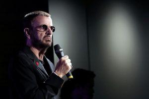 Ringo Starr presenta exhibición en olor de multitudes