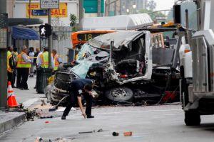 Un autobús y un camión chocan en el centro de LA