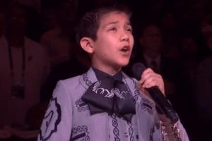 Niño hispano abucheado por cantar en finales de NBA (Video)