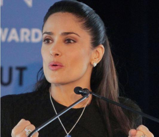 Salma Hayek saca la cara por los latinos