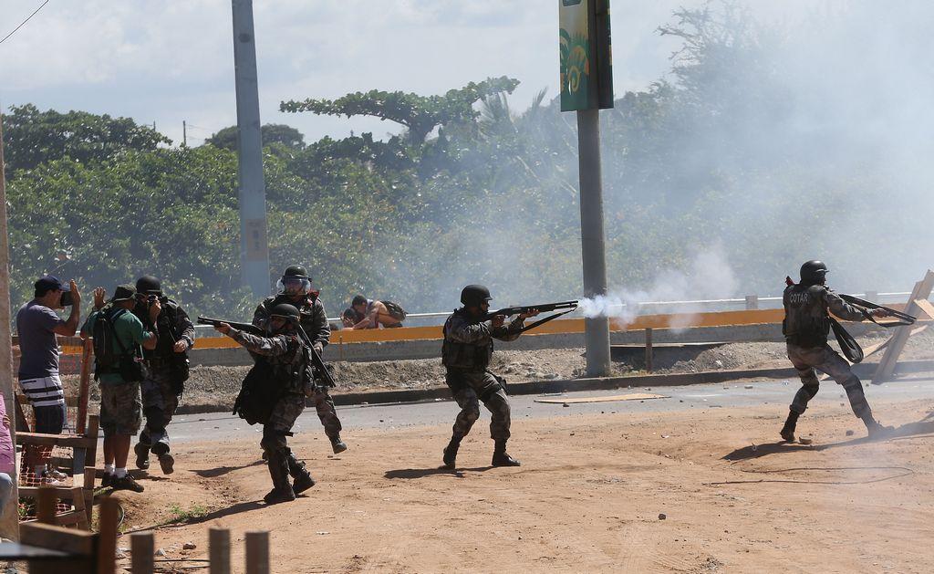 Manifestantes cierran acceso a estadio Castelao