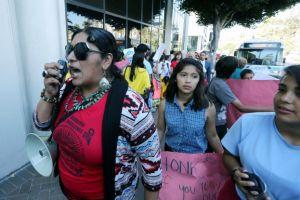 Padres protestan por cierre de chárter Semillas del Pueblo