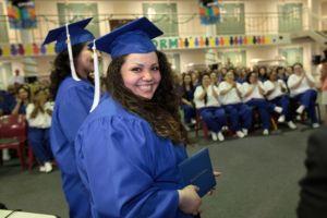 Reclusas celebran graduación entre barras (fotos)