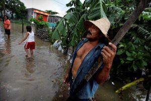 """Barry"" deja lluvia en México mientras se degrada"