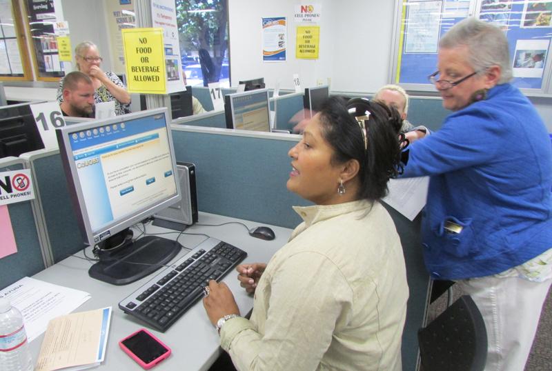 Desempleo de California cae por debajo del 9%