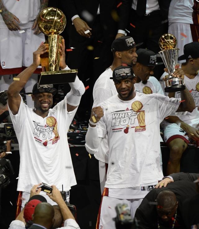 LeBron James presume su trofeo de Jugador Más Valioso.