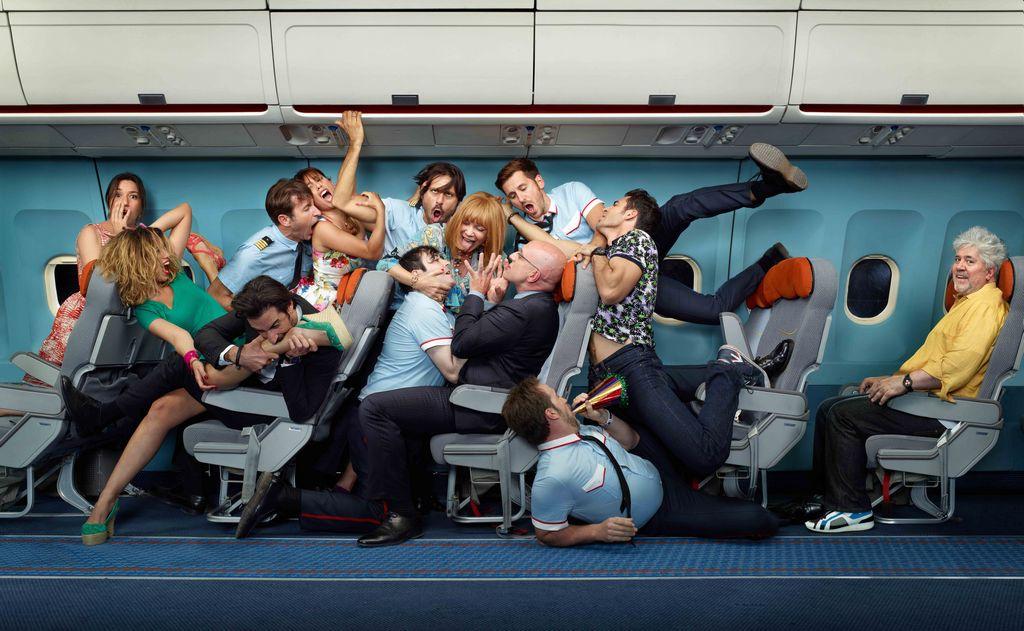 Reparto de la película 'I'm so excited'' —'Los amantes pasajeros', en español—,con su director a la derecha, Pedro Alodóvar.
