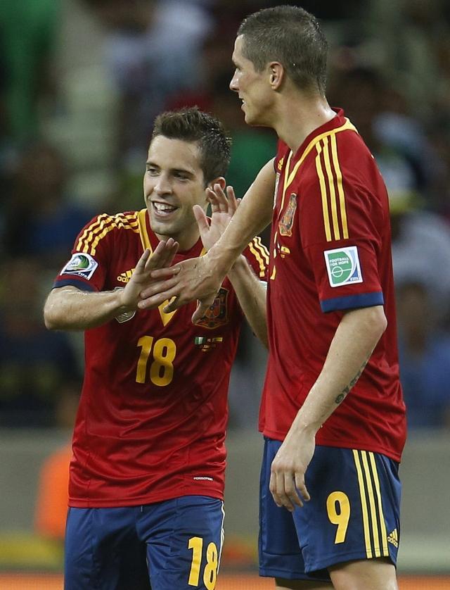 Jordi Alba (izq.) celebra con Fernando Torres la realización de su se- gundo gol sobre Nigeria, ayer, en el Estadio Castelao en Fortaleza.