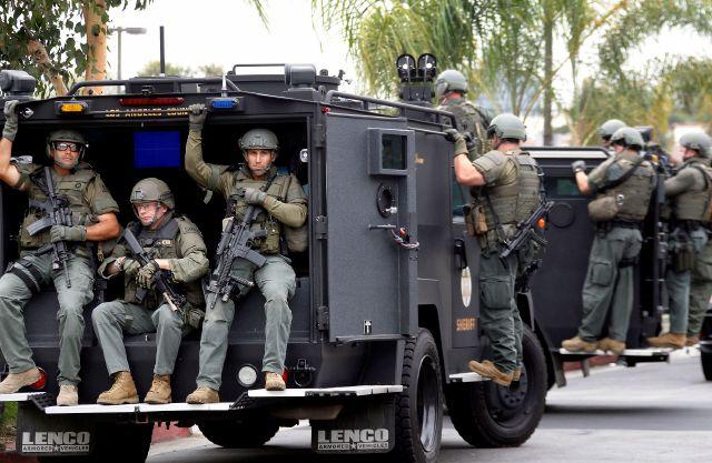 LAPD continúa búsqueda de sospechoso en tiroteo de policías