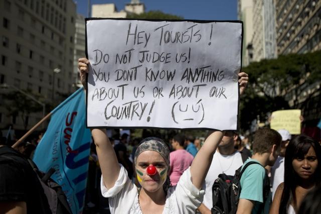 Una mujer sostiene un cartel de protesta ayer, en Belo Horizonte (Brasil).