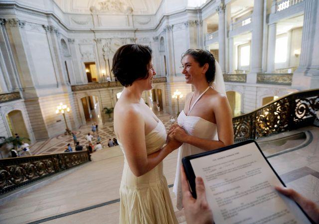 Cynthia Wides y Elizabeth Carey se prometen amor eterno en el Ayuntamiento de San Francisco,  el 29 de junio de 2013.