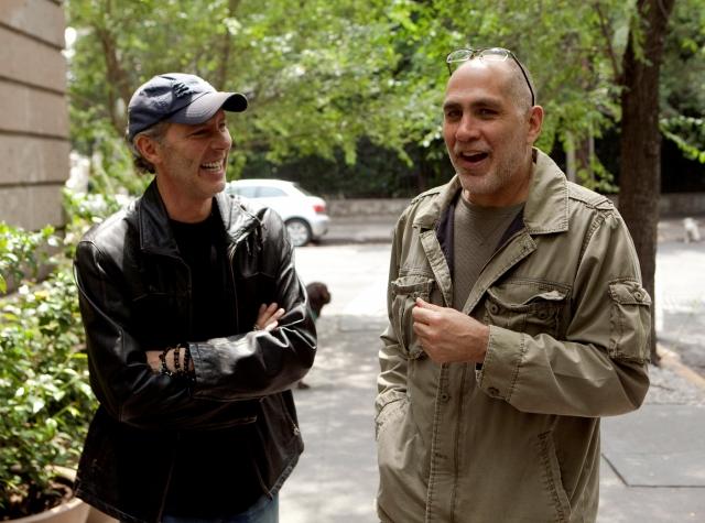 El director de cine mexicano Guillermo Arriaga (der.) y el productor Alex García en Ciudad de México.