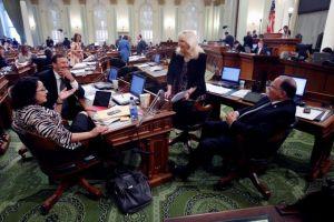 Comité del Senado de CA aprueba licencias para indocumentados