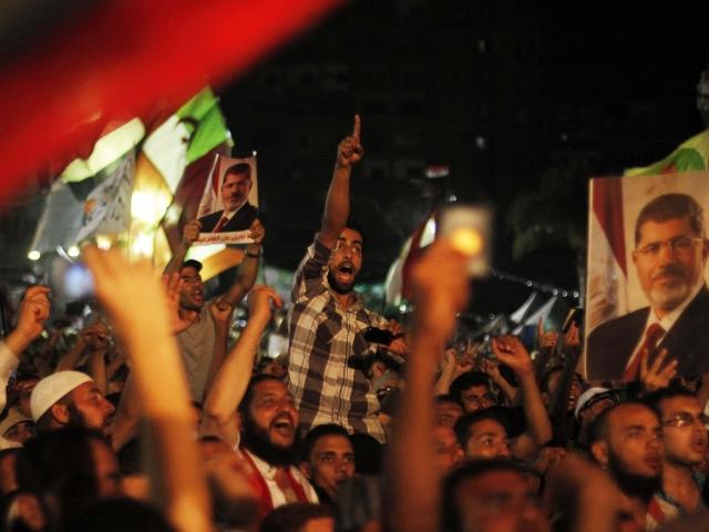 Varios egipcios simpatizantes del depuesto presidente egipcio Mohamed Morsi protestan en los alrededores de la plaza de Rabea al Adauiya, en El Cairo (Egipto), ayer.
