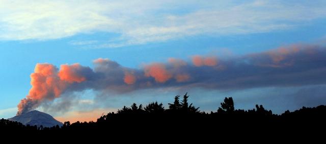 30709004. Amecameca.- El volcán Popocatépetl continúa con su actividad y el Semáforo de Alerta Volcánica se mantiene en Amarillo Fase 3. Imagen tomada desde el municipio de Amecameca, Estado de México.NOTIMEX/FOTO/JORGE ARCIGA/JAA/DIS/