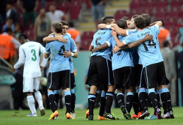Los jugadores de Uruguay celebran después vencer a Nigeria en octavos de final del Mundial de fútbol sub-20 que se disputa en Turquía.
