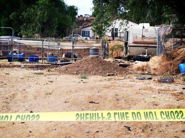 Agentes del Sheriff del Condado de Riverside investigan evidencia que indica que hayan posibles restos humanos en la casa de la familia del niño desparecido.