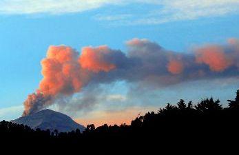 El volcán mexicano Popocatépetl emitió varias exhalaciones en las últimas horas, y una de ellas alcanzó los dos kilómetros de alto.