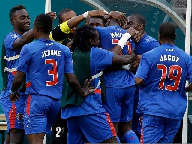 Jean Eudes Maurice, autor de los dos goles, es felicitado por sus compañeros