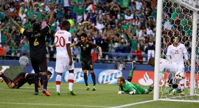Raúl Jiménez yace en el césped luego de anotar de palomita el primer gol de México en el Century Link Field en Seattle.