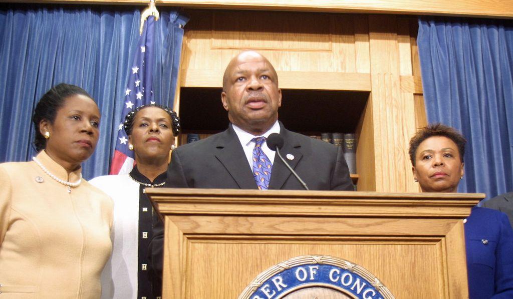 """En los papeles que  presentó Cummings (centro),  la  palabra clave """"Occupy"""" estaba en la misma categoría que """"Tea Party""""."""