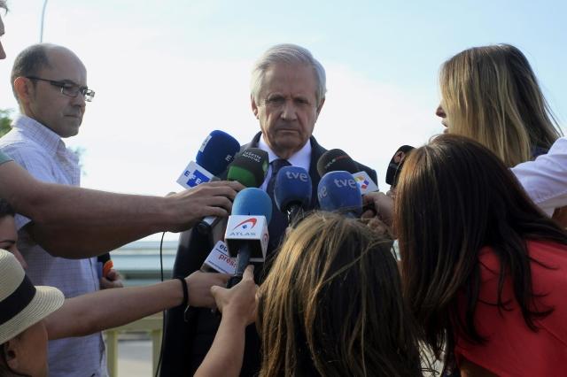 El abogado Javier Gómez, mientras declaraba a los medios  a su salida ayer de la prisión de Soto del Real, donde se reunió con Luis Bárcenas, en Madrid, España.
