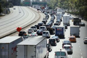Tránsito por autopista I-5 en LA seguirá limitado (fotos)
