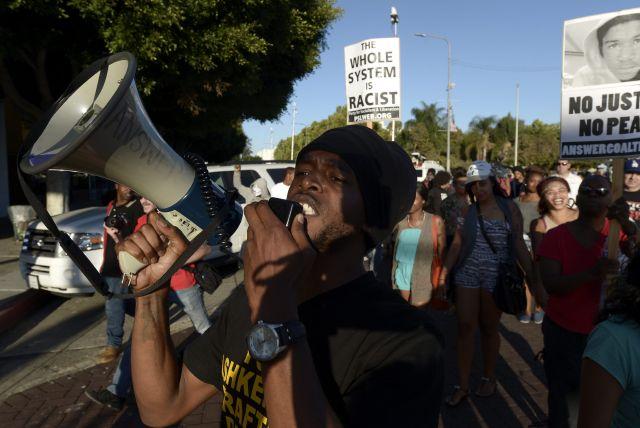 Varios cientos de manifestantes en su mayoría pacíficos se reunieron el lunes por la noche en el parque Leimert de Los Ángeles, muchos de ellos cantando, rezando y cantando.