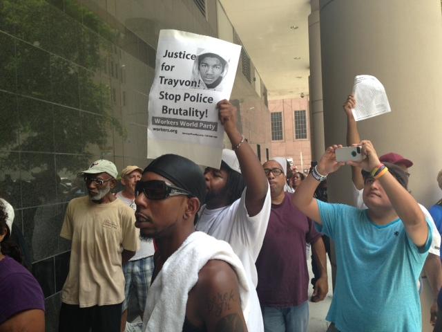 Manifestantes en Houston rechazan la absolución de George Zimmerman.