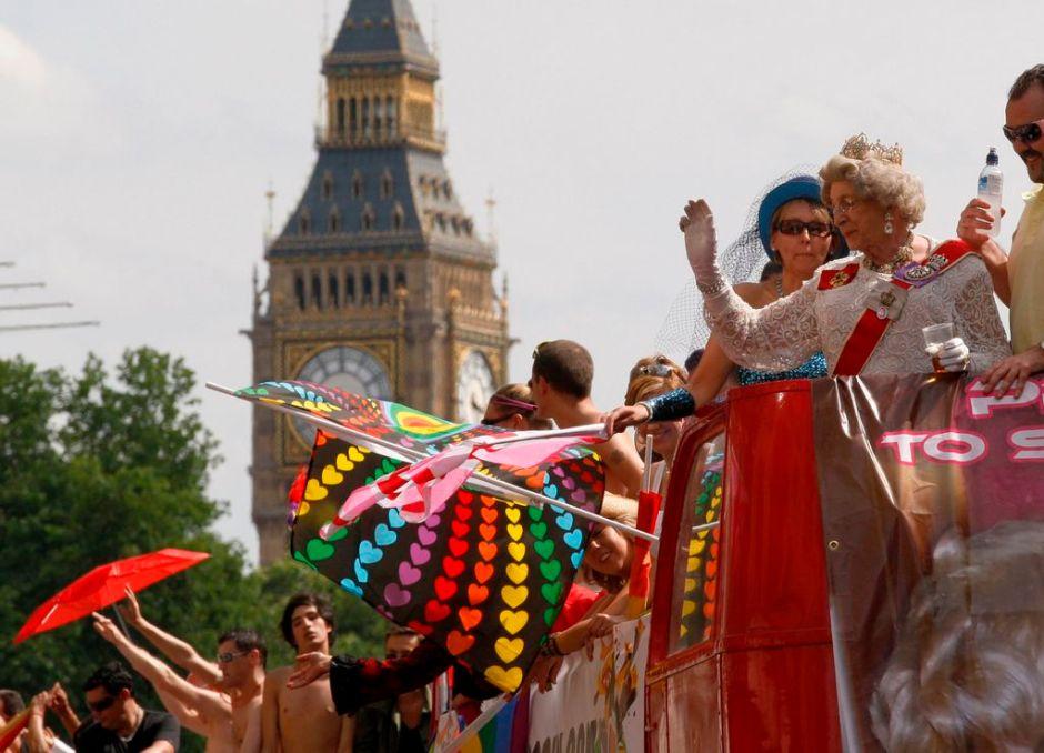 Reina Isabel II sanciona ley británica del matrimonio gay