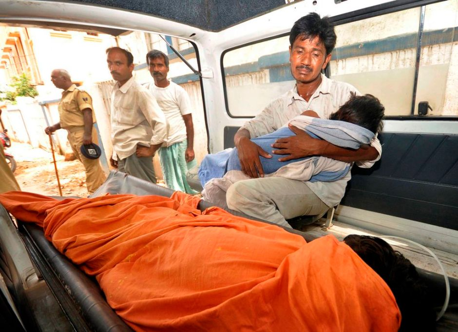Al menos 21 niños mueren envenenados en India (fotos)