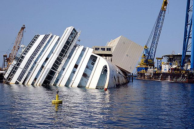 Empleados del Costa Concordia reciben condena por naufragio (video)