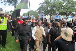 Manifestantes en Houston invaden River Oaks