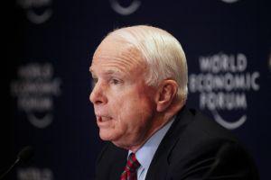 McCain pide revisar leyes de defensa propia en EEUU