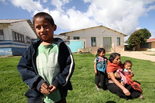 Humillan a un niño indígena en México