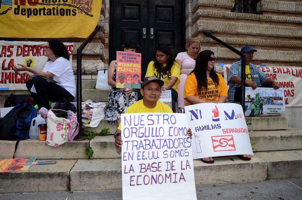 Jesús Bueno junto al resto de los manifestantes que realizaron el ayuno este fin de semana en Washington Square Park.