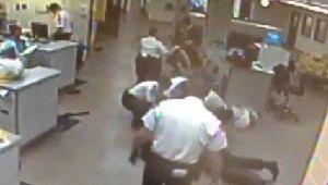 Agente de Florida es despedido por golpear a detenido (video)