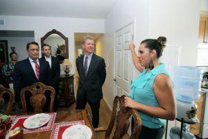 """Secretario de vivienda visita complejo """"modelo"""" de vivienda asequible"""