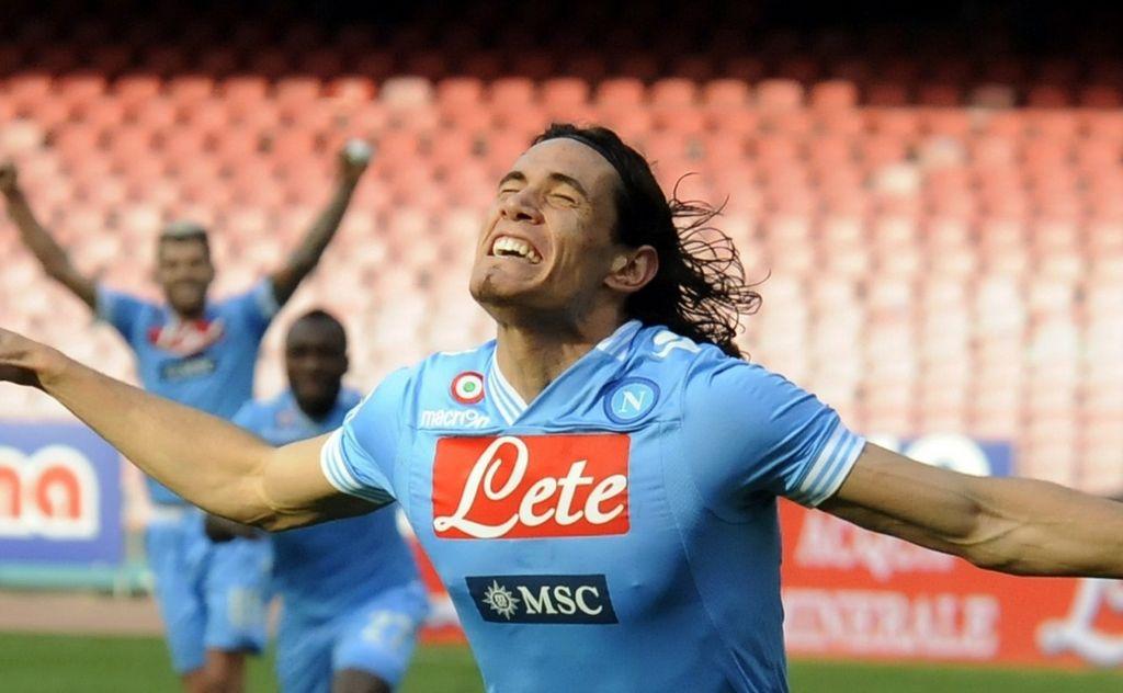 Cavani quería seguir en el Napoli, afirma su padre
