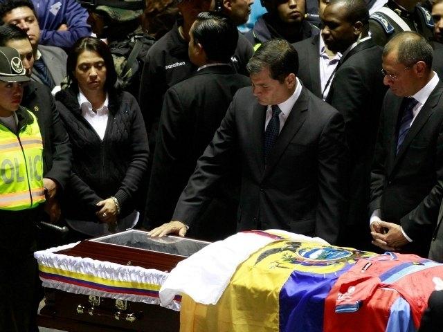Presidente de Ecuador monta guardia en misa de 'Chucho'
