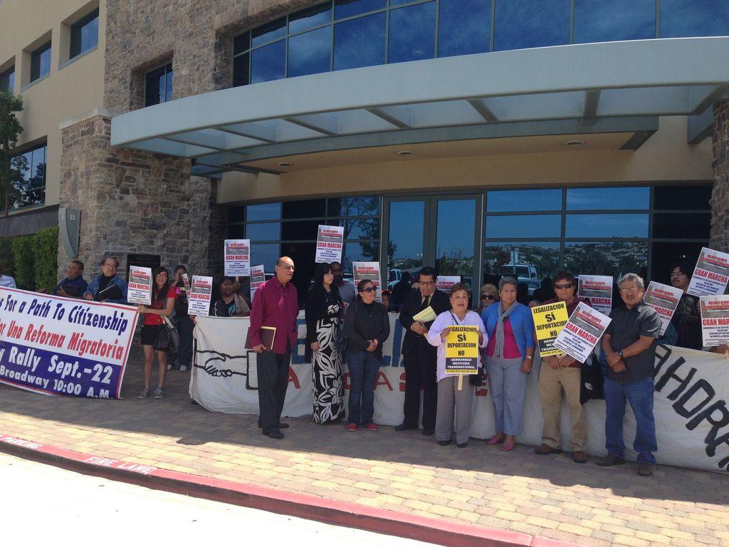 Latinos piden a congresista McKeon su apoyo a la reforma