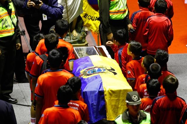 Un grupo de pequeños jugadores rinden honores al futbolista ecuatoriano Christian Benitez en Quito.