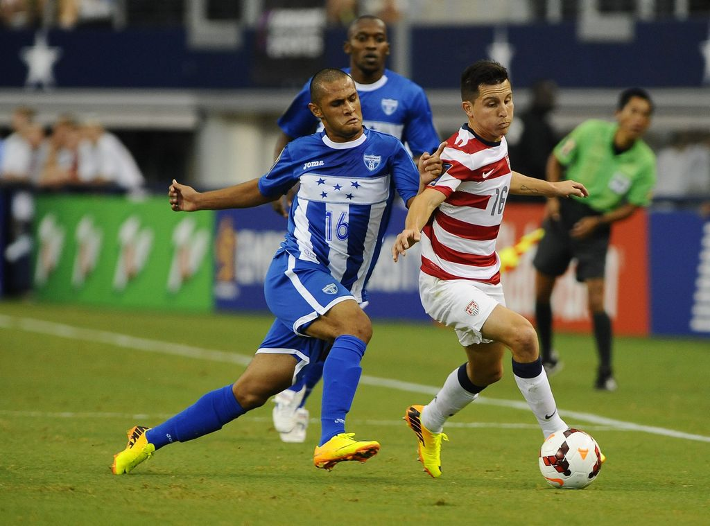 El jugador hondureño Alexander López (izq) llegará a Houston la próxima semana para ser parte del Houston Dynamo.
