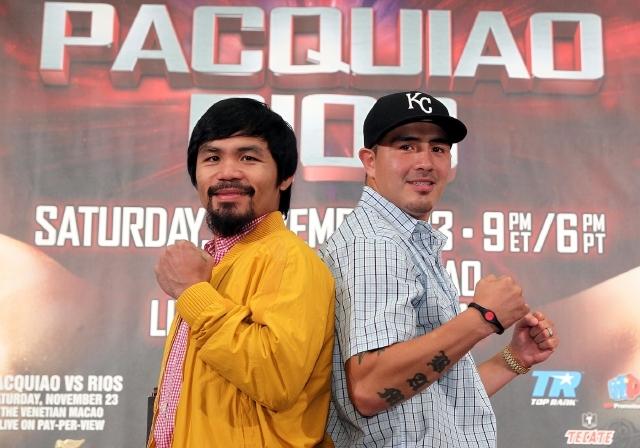 Manny Pacquiao y Brandon 'Bam Bam' Ríos posan para los fotógrafos en la conferencia celebrada  en Beverly Hills.